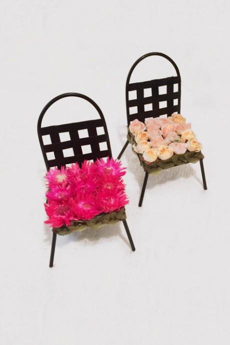 כסאות-עם-פרחים-מיובשים-או-מבד